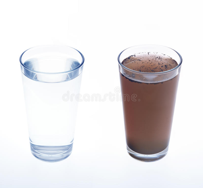 Água limpa e suja no vidro bebendo fotografia de stock royalty free