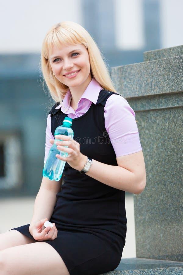 Água loura da bebida da mulher fotos de stock