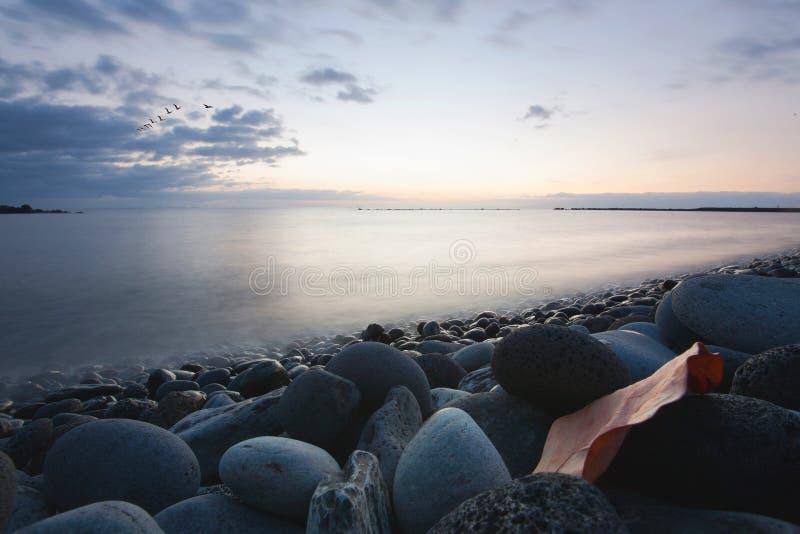 Água místico do oceano em um custo das pedras fotos de stock