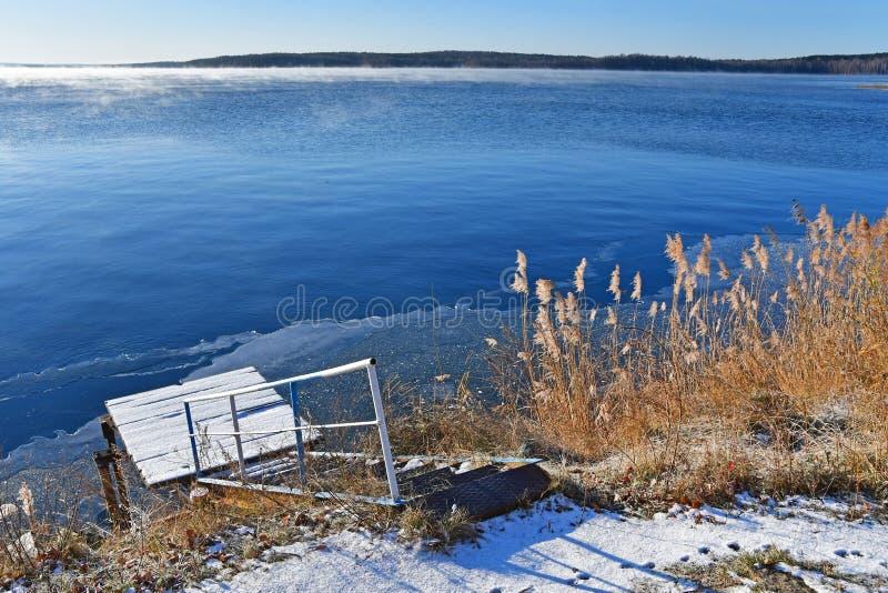 A água a mais pura do lago Uvildy no distrito de Kyshtym da região de Chelyabinsk fotografia de stock