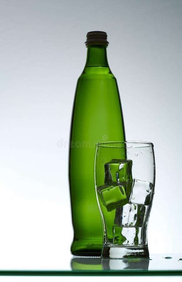 Água mineral e gelo Purified no vidro fotografia de stock