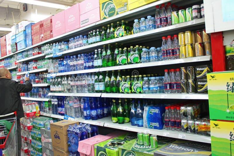 A água mineral no supermercado imagem de stock
