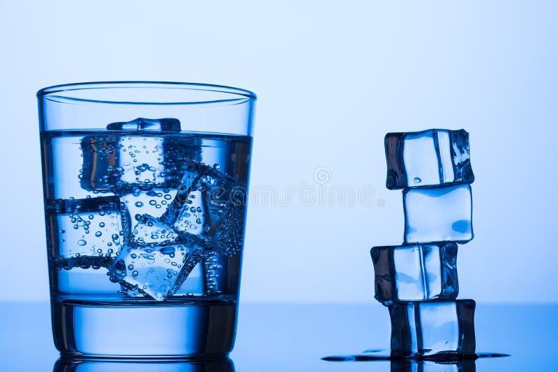 Água nas rochas beber foto de stock