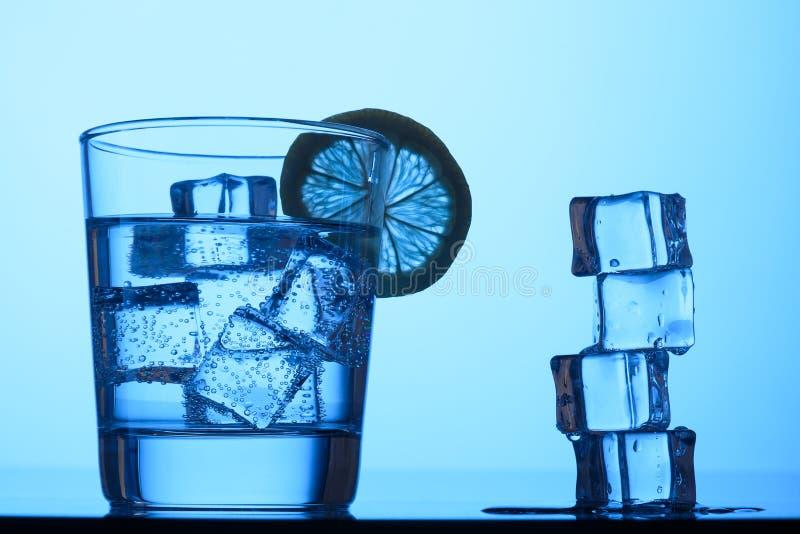 Água nas rochas puro fotografia de stock