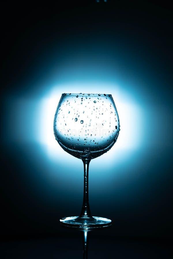 Água no vidro de vinho no fundo reflexivo preto fotos de stock