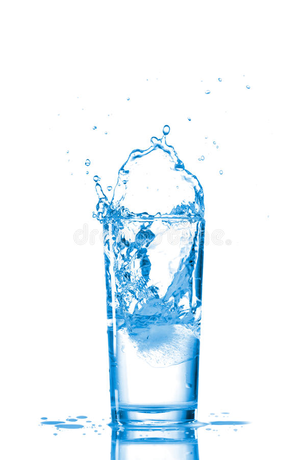 Água no vidro isolado no branco imagens de stock