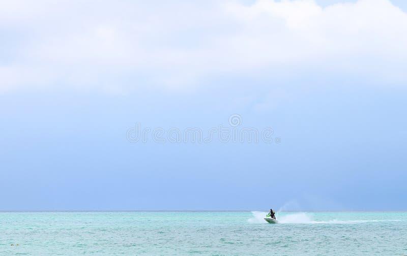 A água ostenta a atividade no 'trotinette' da água na água do mar azul com céu das nuvens e espaço aberto - precipitação da avent foto de stock royalty free