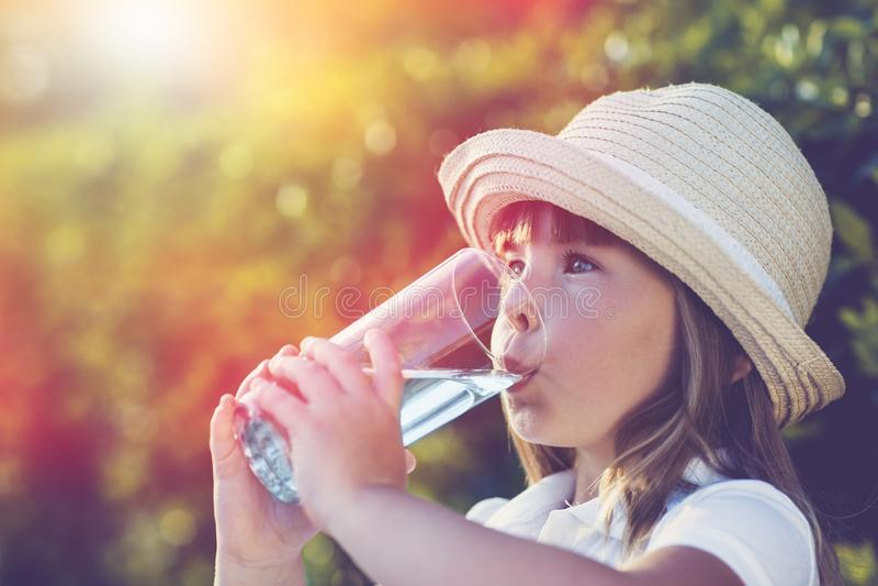 Água potável bonito da menina fora imagens de stock royalty free