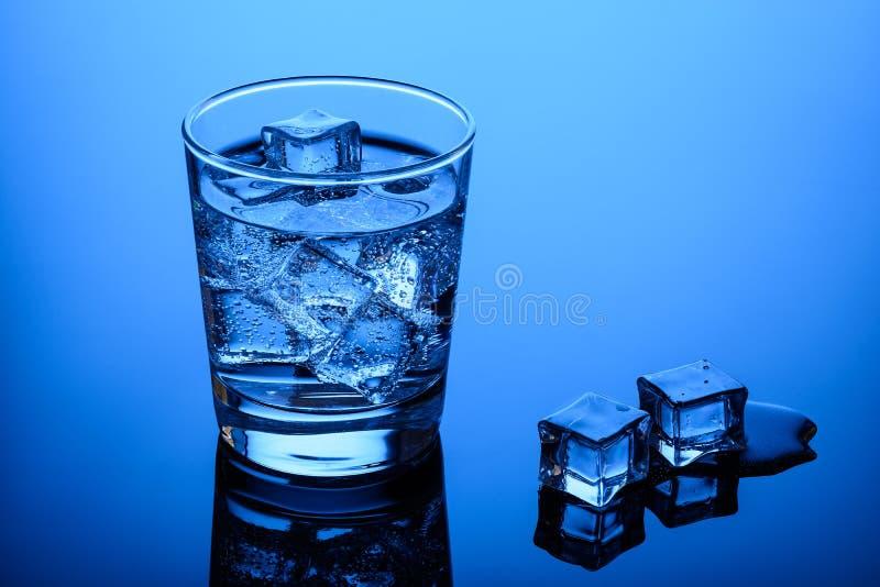 Água potável com cubos de gelo foto de stock