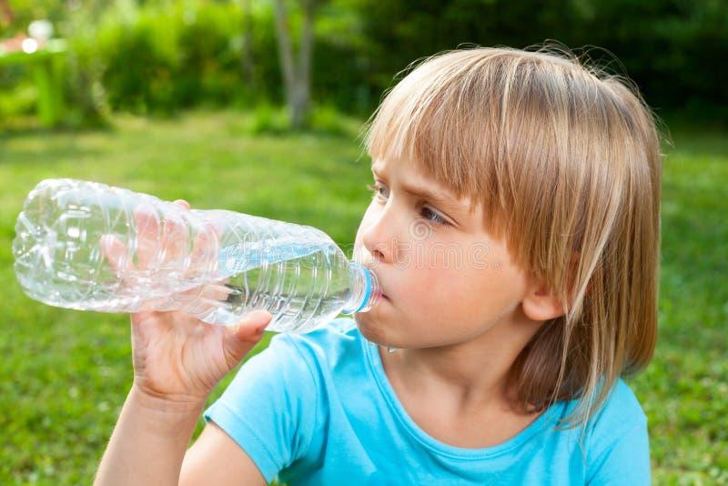 Água potável da criança exterior imagem de stock