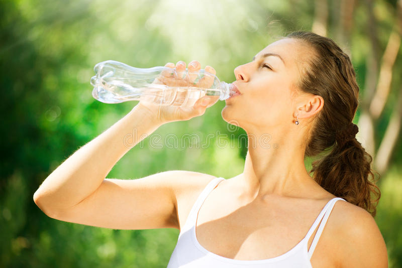 Água potável da mulher foto de stock