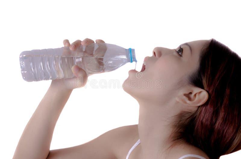 Água potável da mulher fotografia de stock