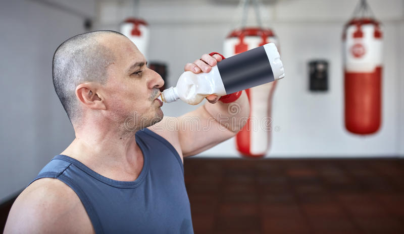 Água potável de Kickboxer fotografia de stock royalty free