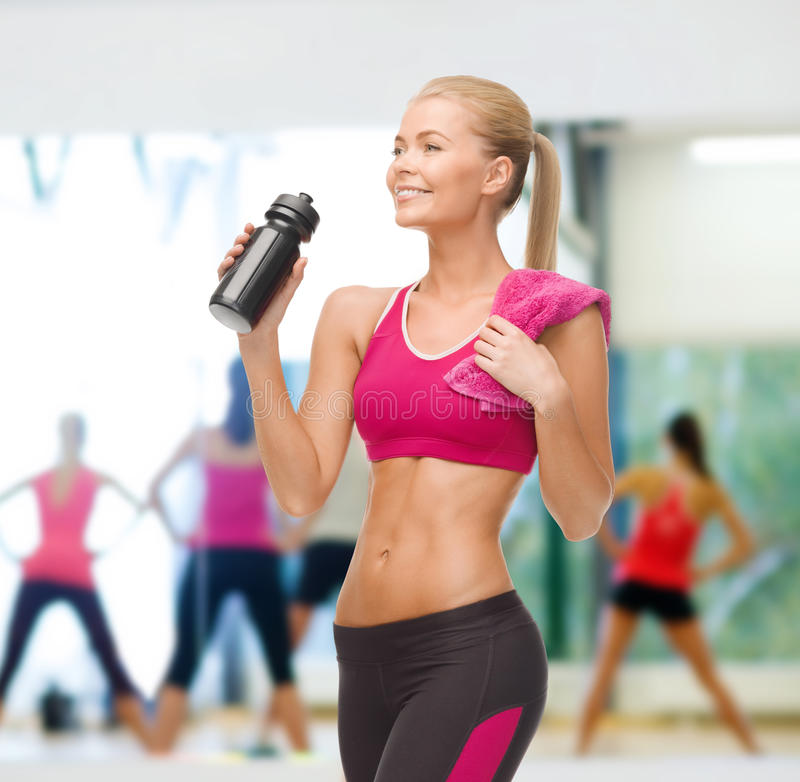 Água potável desportiva da mulher da garrafa do desportista foto de stock royalty free