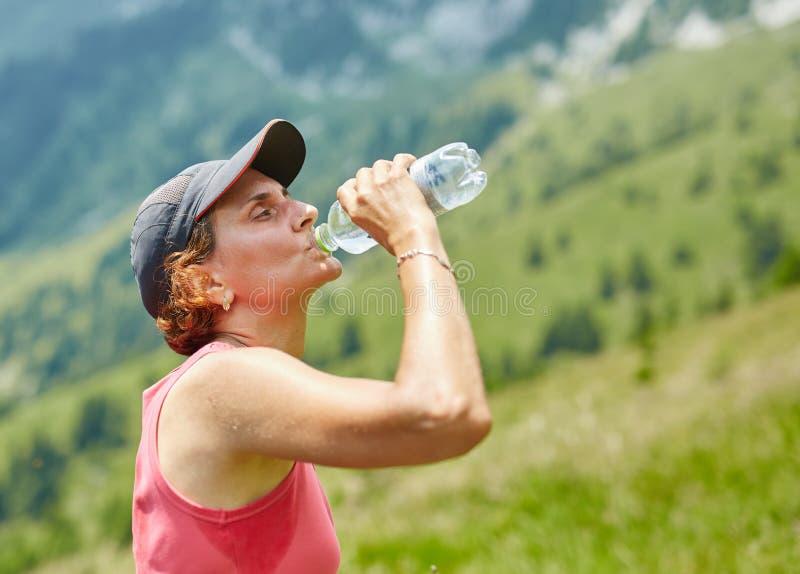 Água potável fêmea do corredor da fuga fotografia de stock