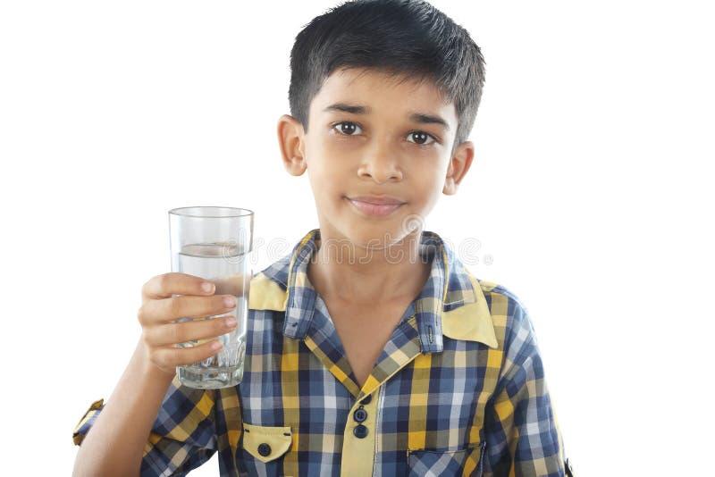 Água potável indiana do menino fotografia de stock