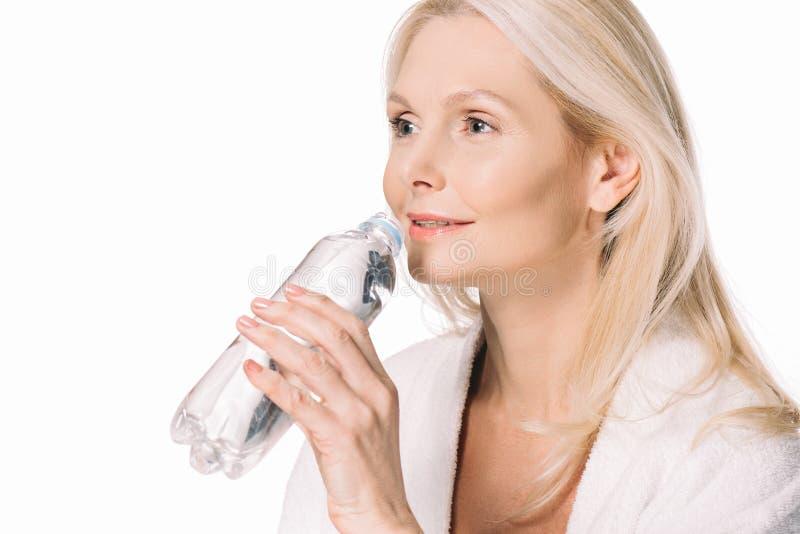 água potável madura bonita da mulher imagem de stock royalty free