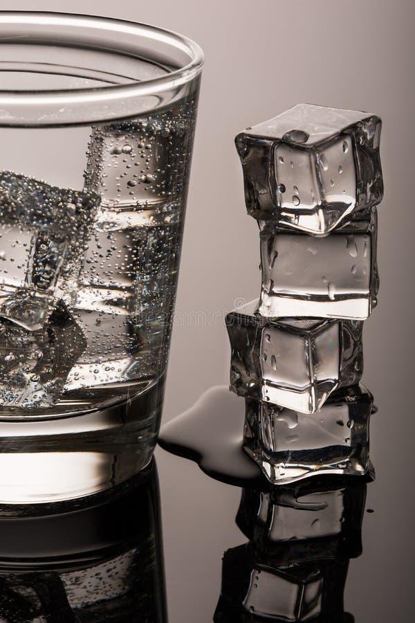 Água pura fria com gelo foto de stock royalty free