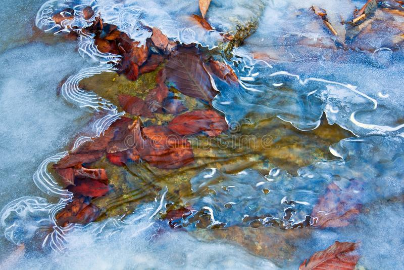 Água que apressa-se em um gelo imagens de stock royalty free