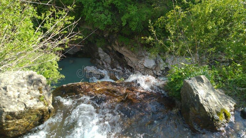 Água que cai de uma altura longa imagens de stock royalty free