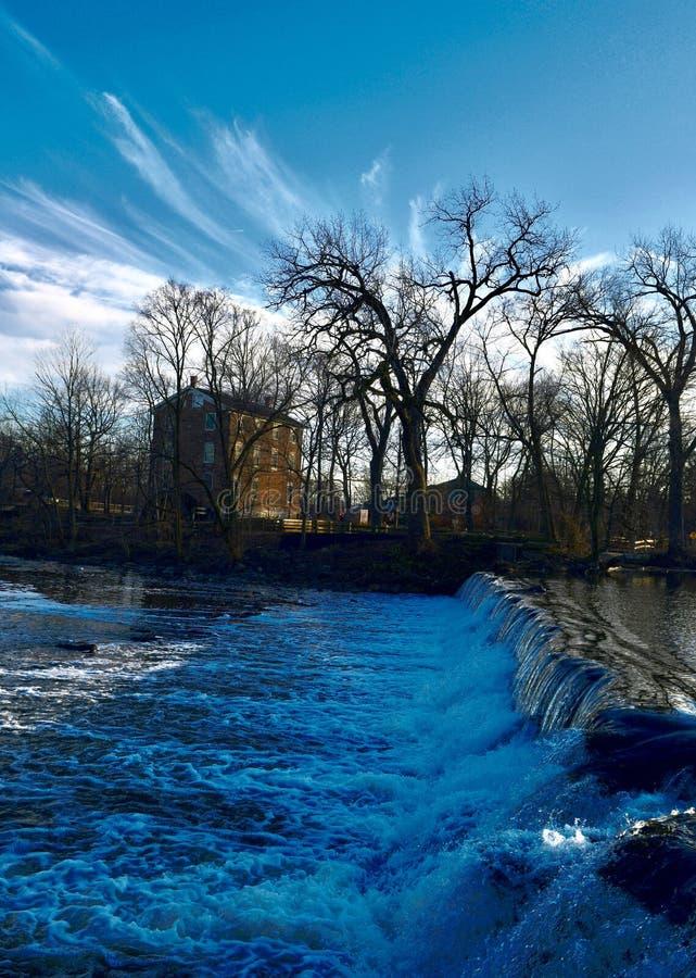 Água que derrama sobre a represa na angra de sal fotos de stock