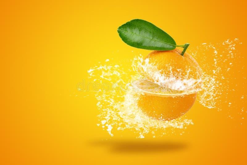 Água que espirra em laranjas cortadas frescas do ‹do †do ‹do †e no fruto alaranjado no fundo alaranjado imagem de stock royalty free