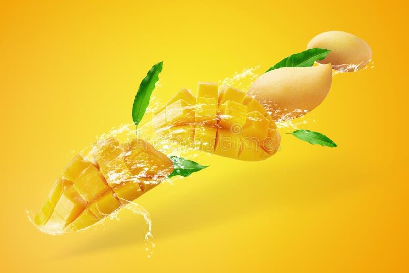 Água que espirra no fruto cortado fresco da manga com os cubos da manga isolados no fundo amarelo imagens de stock