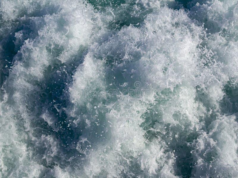 ?gua que espuma atr?s de um ferryboat imagens de stock royalty free