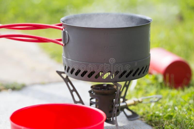 Água que ferve no fogão de acampamento imagens de stock
