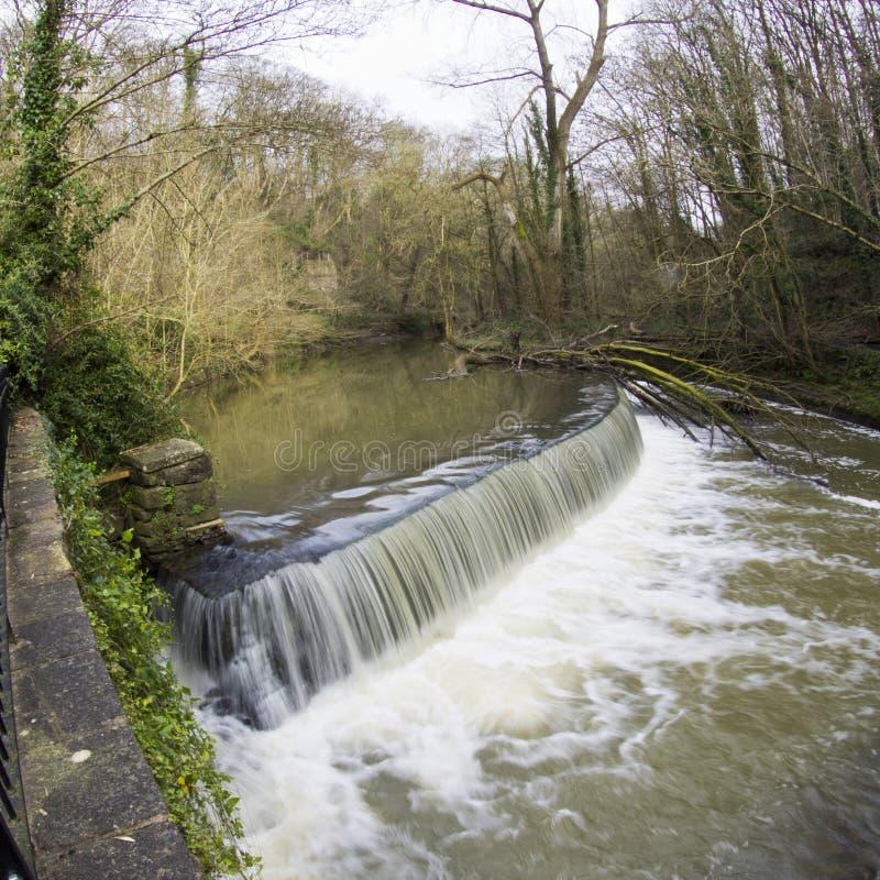 Água que floresce sobre o Weir imagem de stock royalty free
