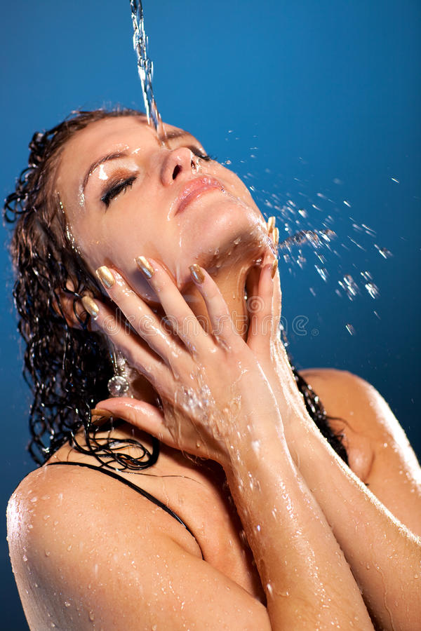 Água que flui na face da mulher imagem de stock royalty free