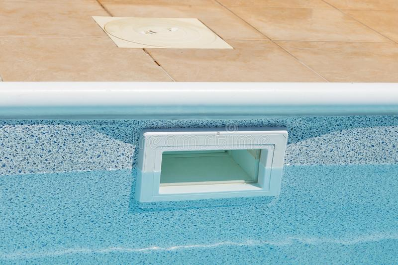 Água que nivela a boca larga acima da espumadeira da terra foto de stock