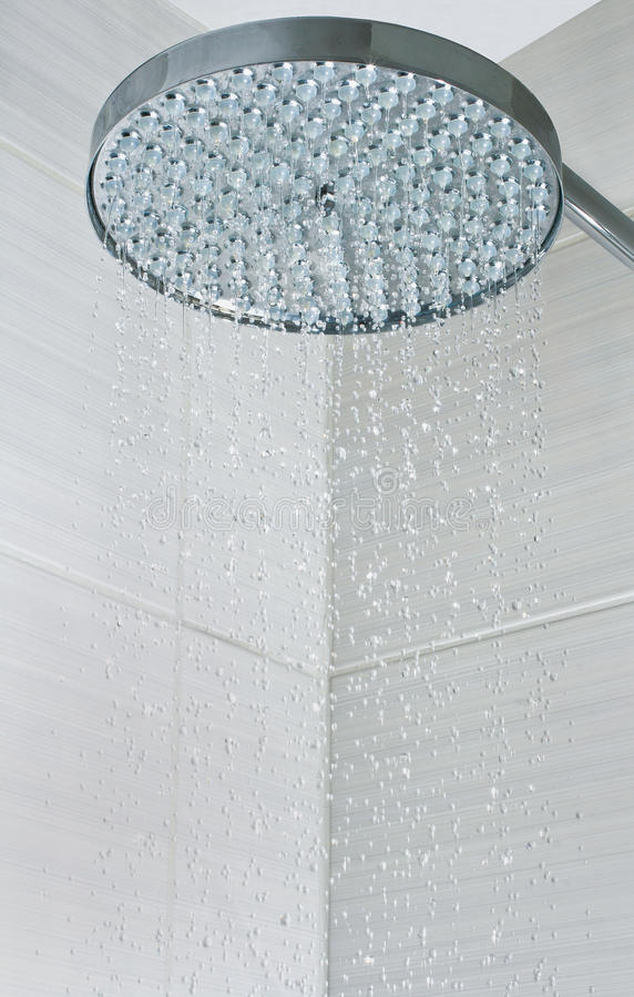 Água que pulveriza do chuveiro imagens de stock