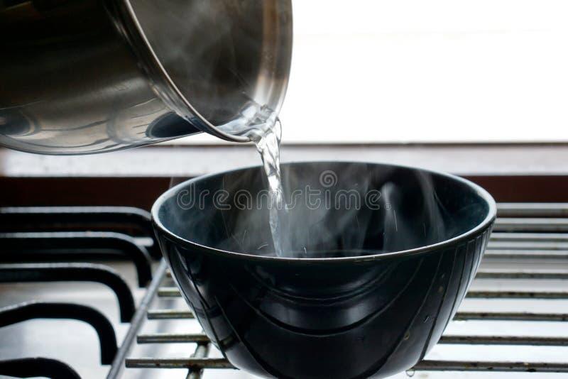 Água quente de derramamento foto de stock