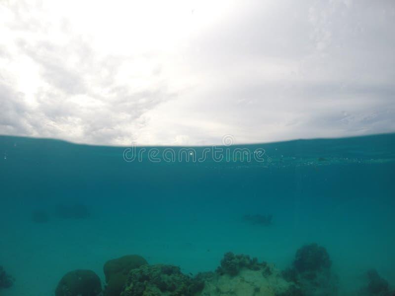 A água rachada disparou em um de borrasca, dia de South Pacific fotografia de stock royalty free