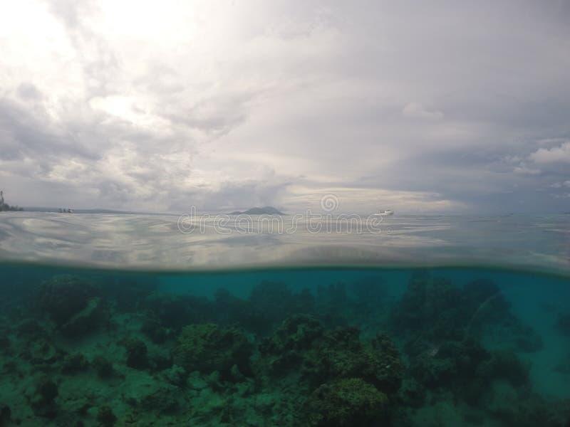 A água rachada disparou em um de borrasca, dia de South Pacific imagem de stock