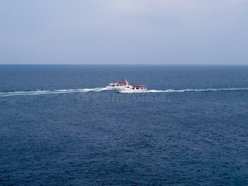 A água segue no mar Mediterrâneo por dois barcos de turista imagens de stock