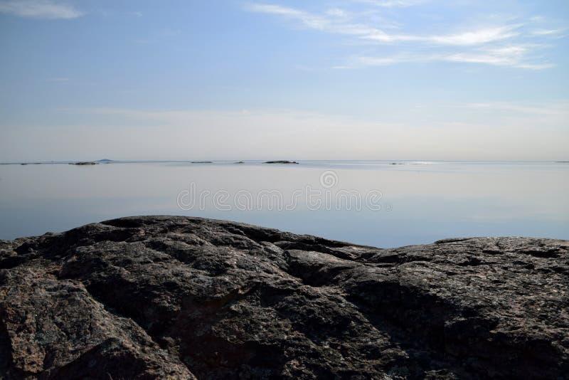 Água tranquilo este amanhecer no arquipélago fotos de stock