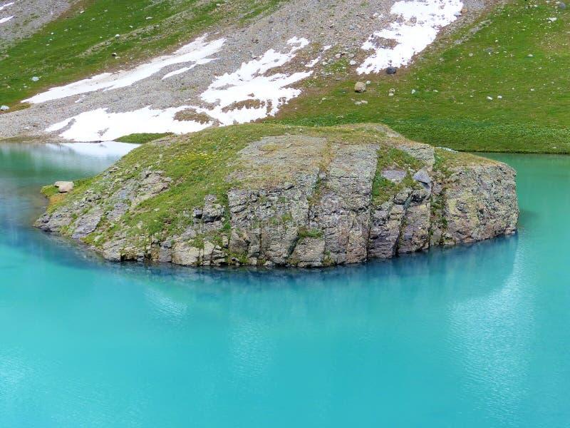 Águas alpinas de turquesa do lago island fotografia de stock royalty free