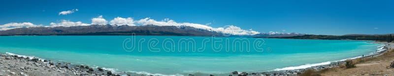 Águas azuis brilhantes do lago Pukaki, uma atração turística principal na ilha sul do ` s de Nova Zelândia foto de stock royalty free