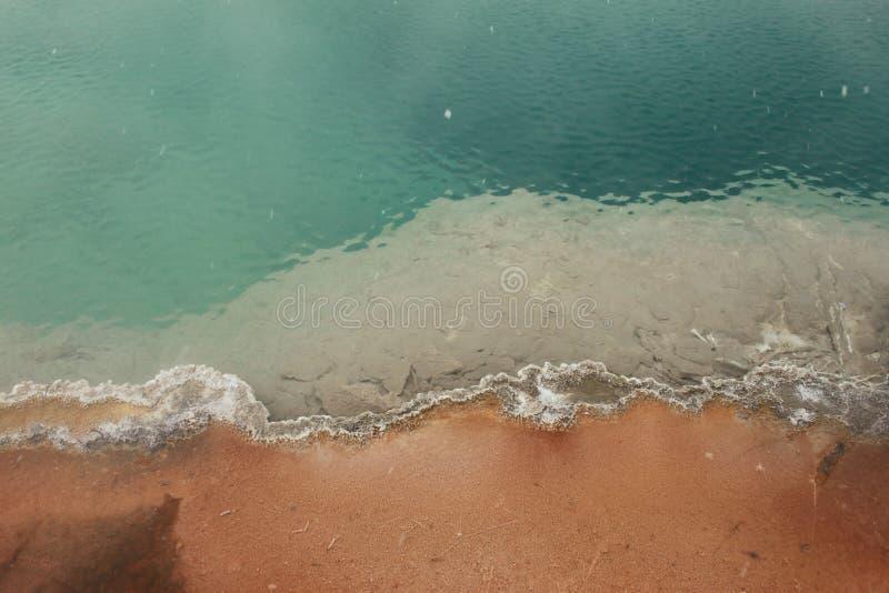 Águas azuis da pedra amarela fotos de stock