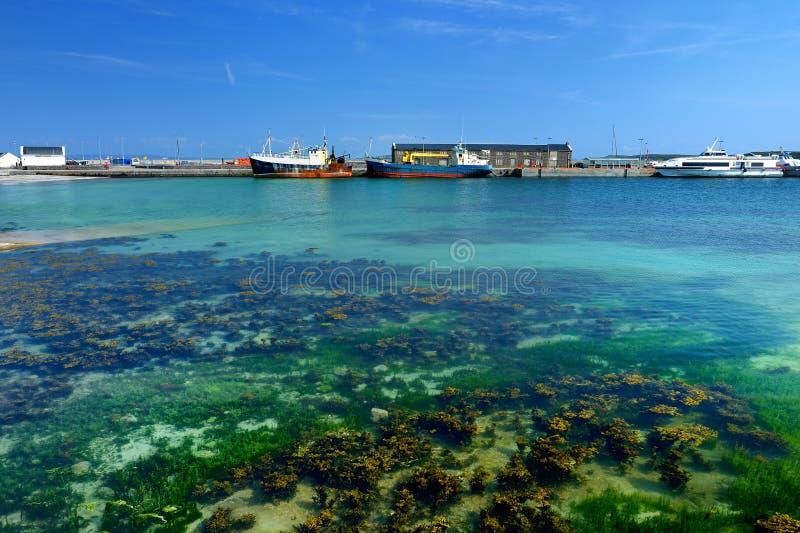 Águas azuis no porto de mais baixo Kilronan de Inishmore, o maior de Aran Islands na baía de Galway, Irlanda imagens de stock