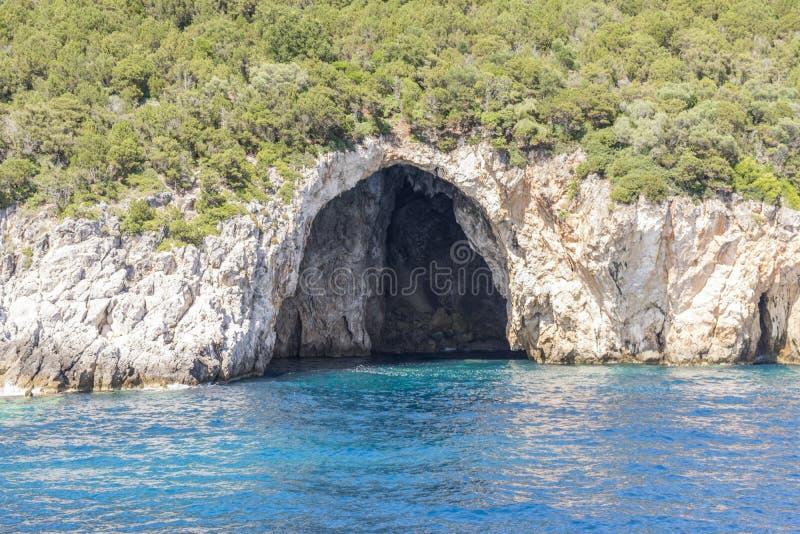 Águas claros de surpresa e uma caverna em Corfu Grécia imagem de stock royalty free