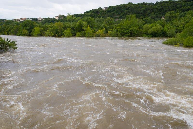 Águas da inundação que dirigem rio abaixo após chuvas pesadas imagens de stock royalty free
