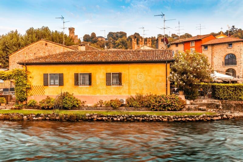 Águas e construções antigas da vila medieval italiana foto de stock