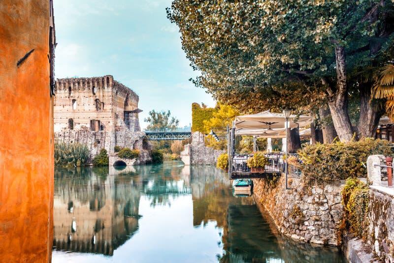 Águas e construções antigas da vila medieval italiana foto de stock royalty free