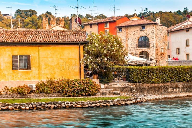 Águas e construções antigas da vila medieval italiana imagens de stock royalty free