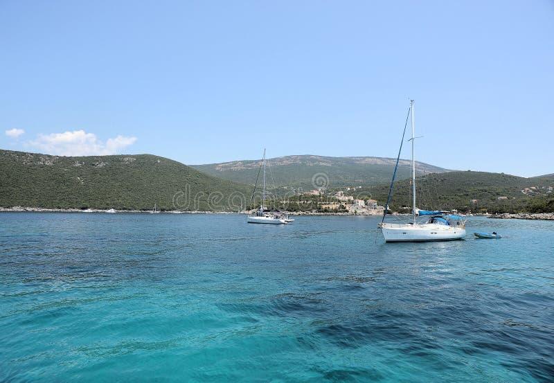 Águas esmeraldas do mar de adriático e do iate de prazer na baía do mar de adriático de Boka Kotorska, Montenegro, Europa imagem de stock royalty free