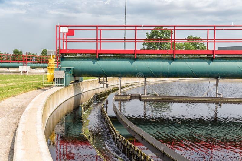 Águas residuais no tanque de sedimentação secundário da planta de tratamento de esgotos imagem de stock