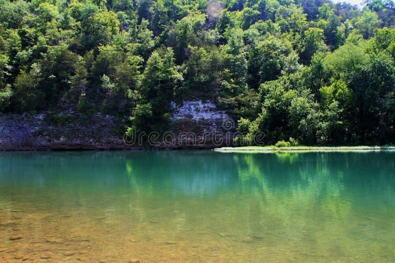 Águas tranquilos de Emeral no rio do nacional do búfalo imagem de stock